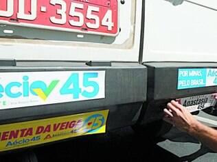 Fartura. Material de divulgação de Pimenta da Veiga, Aécio Neves e Antonio Anastasia já está sendo distribuído nos semáforos de Belo Horizonte desde o início da campanha