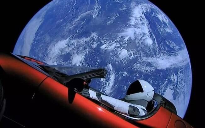 Companhia Space X colocou em órbita um foguete com um carro elétrico, de sua fabricação