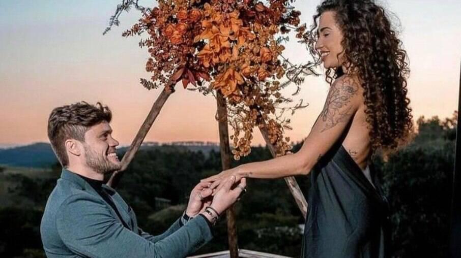 Breno Simões pede Paula Amorim em casamento