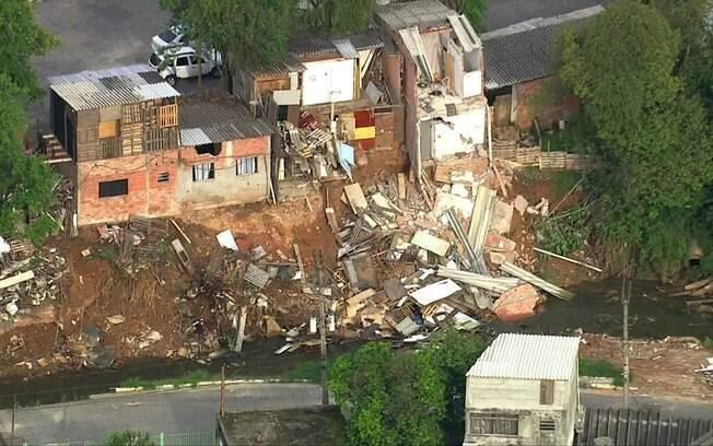 Casas desabaram às margens de córrego