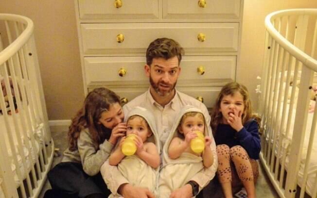 Simon é pai de quatro filhas e criou uma conta no Instagram para compartilhar detalhes da paternidade de forma engraçada