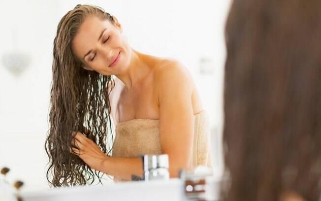 Conheça os mitos e verdades sobre o uso de condicionador nos cabelos