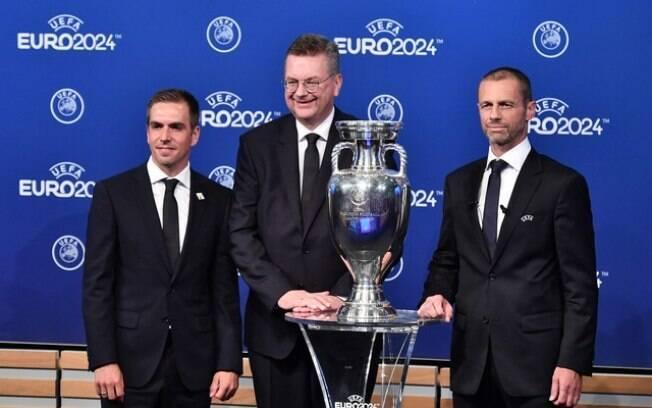 Phillip Lahm e o presidente da federação alemã, Reinhard Grindel, na cerimônia de anúncio da Eurocopa 2024
