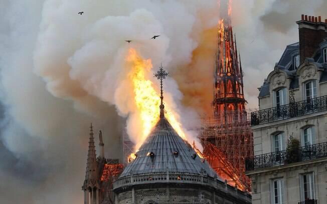 Incêndio de grandes proporções atingiu a Catedral de Notre-Dame, na França