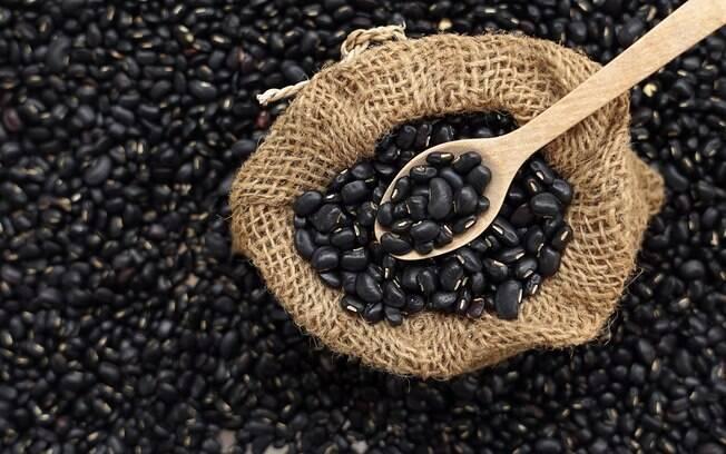 Feijão preto oferece benefícios e pode ser incorporado à dieta de quem deseja perder alguns quilos