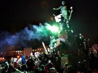 Marcha republicana avança na noite parisiense, na Place de la Nation