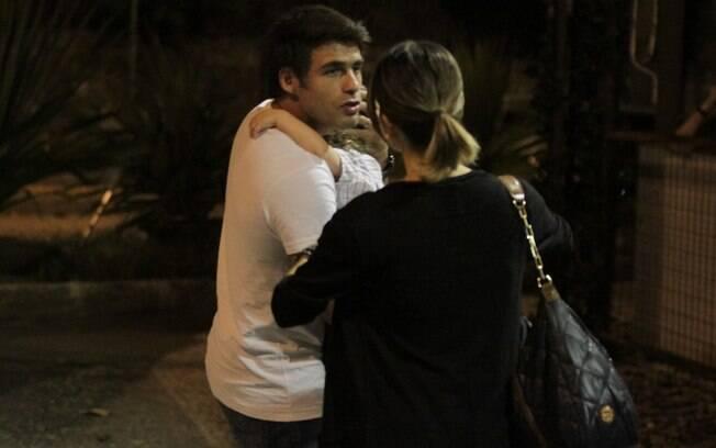Raoni Carneiro, que estava com Luisa no colo, conversou com a cantora