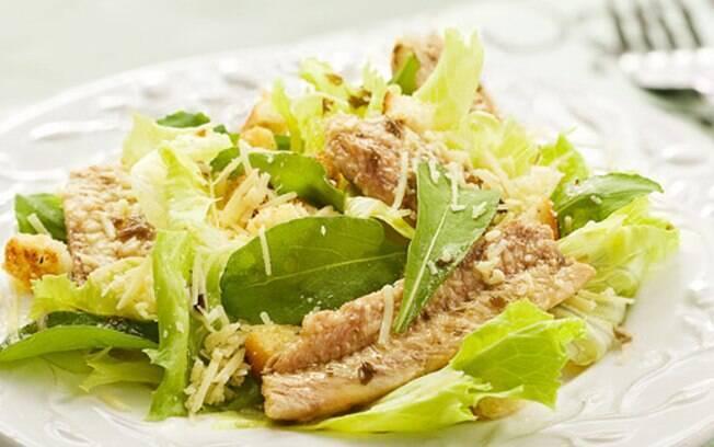 Prato com sardinha e folhas