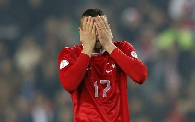 O turco Burk Yilmaz lamenta chance perdida no  empate entre Turquia e Hungria por 1 a 1
