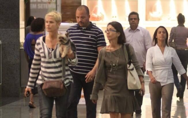 Xuxa circula pelo shopping com seu cãozinho no colo