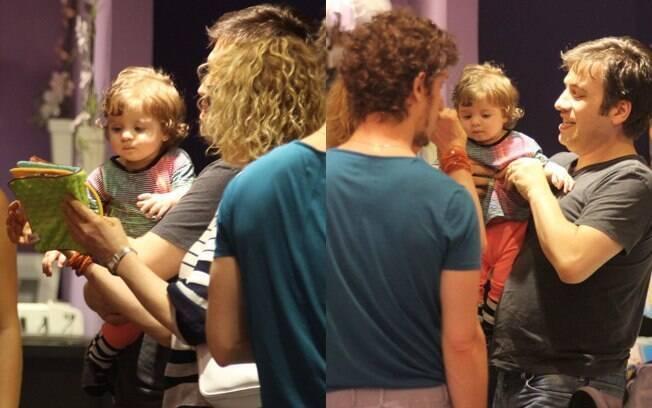 No colo do pai, o apresentador Christiano Cochrane, a pequena Valentina foi paparicada por todos da familia
