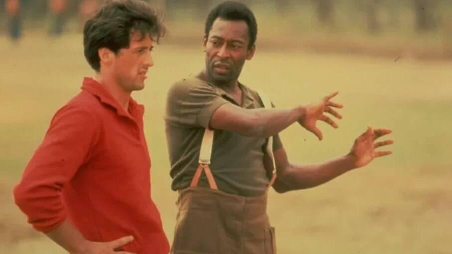 Sylvester Stallone e Pelé durante as gravações do filme