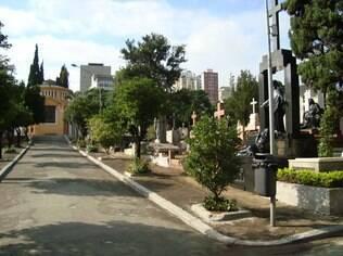 Cemitério da Consolação abriga túmulos de personalidades como o ator Paulo Goulart