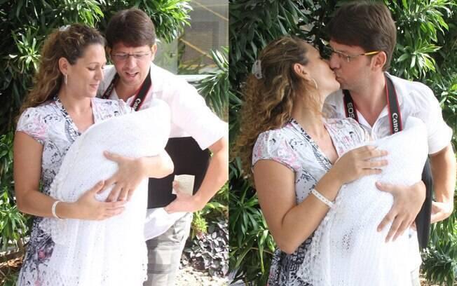 Mário Frias e a esposa, Juliana Camatti, deixam a maternidade com a filha Laura