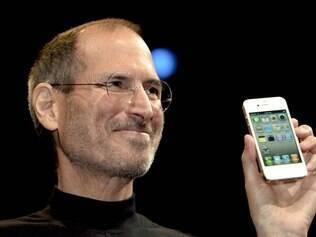 Jobs e o iPhone 4, uma de suas últimas criações, em 2010
