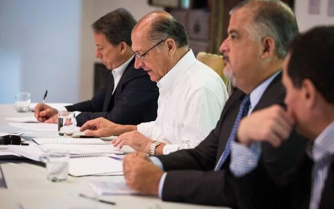 Geraldo Alckmin (centro) entre o vice-governador Márcio França (à frente) e o secretário Edson Aparecido (Casa Civil)