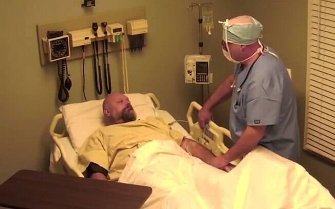 Amigos fizeram Ray acreditar que ele sofreu um acidente e ficou dez anos em coma
