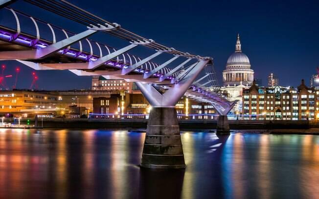 A Ponte do Milênio, em Londres, se destaca na lista de pontes famosas por ter um design e uma arquitetura futuristas