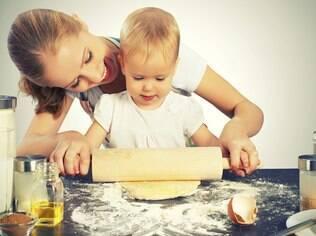 Atividades na cozinha ajudam na educação alimentar dos pequenos.