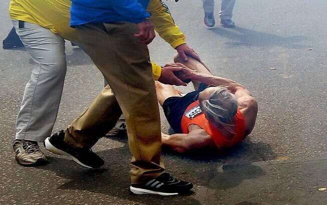 Atleta cai e recebe ajuda após segunda explosão em Boston (15/04). Foto: AP