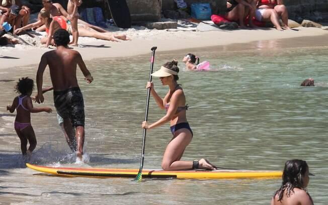 Juliana pratica stand up paddle em praia do Rio de Janeiro