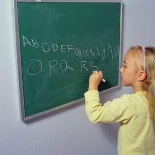 Pesquisa sugere que escrever à mão é mais benéfico para crianças
