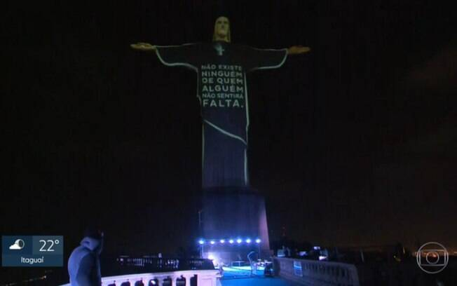 """A frase """"não existe ninguém de quem alguém não sentirá falta"""" é exibida em iluminação do Cristo Redentor"""