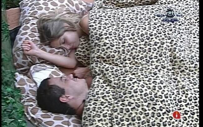 Rafa e Renata trocam carícias embaixo do edredom