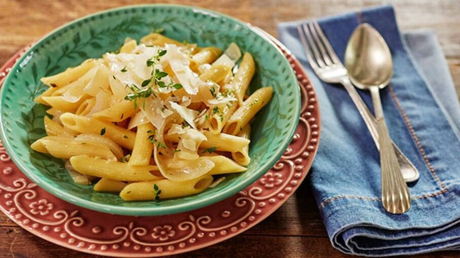 O macarrão com molho de cebola é prático e delicioso