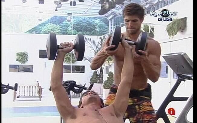 Jonas ajuda Fael a malhar com os pesos