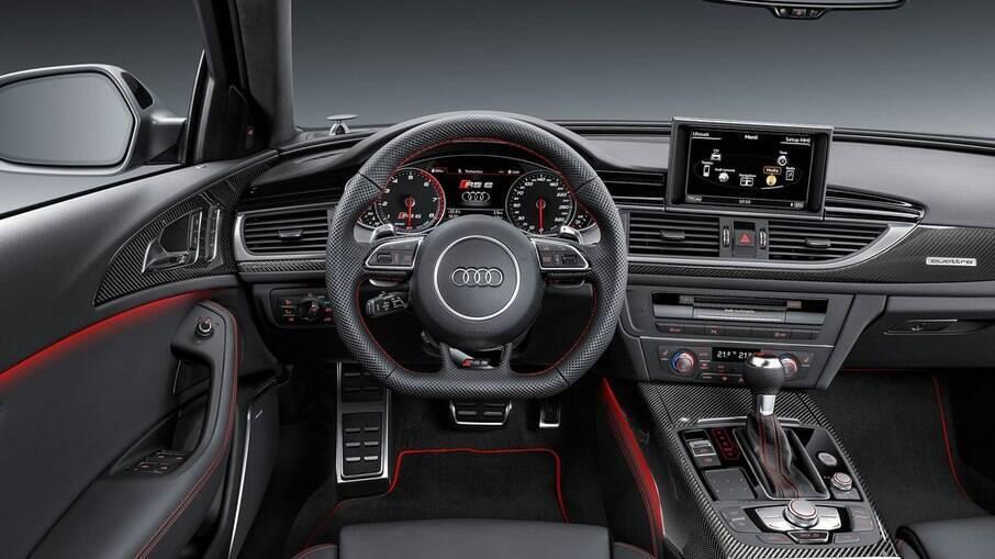 Audi RS6 interior conta com vários recursos, entre os quais as hastes atrás do volante para trocas de marcha sequenciais