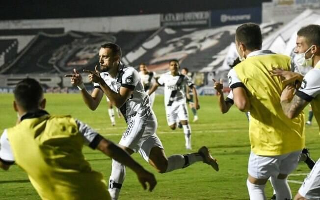 Paulo Sérgio comemora gol no dérbi e ressalta união na Ponte