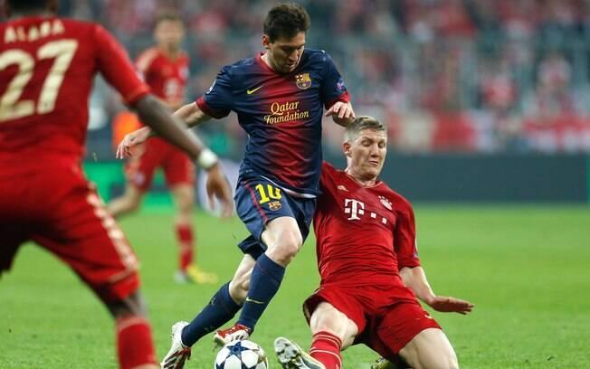 Schweinsteiger tenta desarmar Lionel Messi no  duelo entre Bayern de Munique e Barcelona