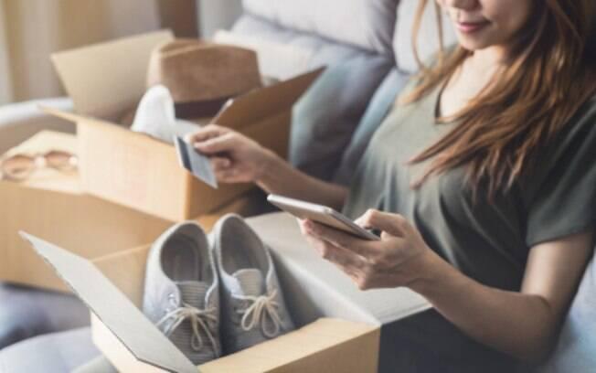 Ficar atenta à questões como entrega e trocas também pode evitar problemas ao comprar roupas online, já que existe prazo