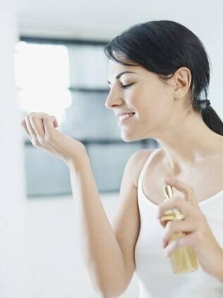 Aplicar o perfume no pulso, ou na nuca, áreas com grande circulação sanguínea, ajuda a distribuir a fragrância