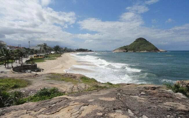 A praia da macumba, na zona oeste do Rio de Janeiro, é uma opção para quem vai ficar na capital durante o Carnaval