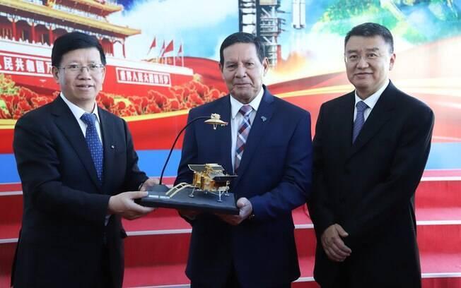 Vice-presidente visita Academia Chinesa de Tecnologia Espacial (CAST)