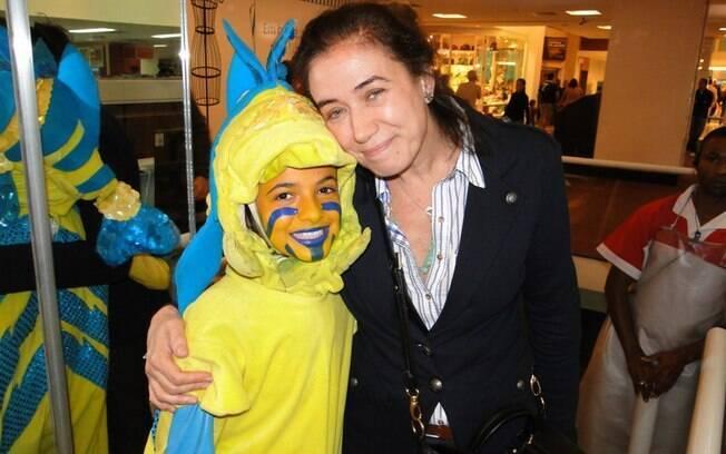 Lilia Cabral posa com personagem da peça