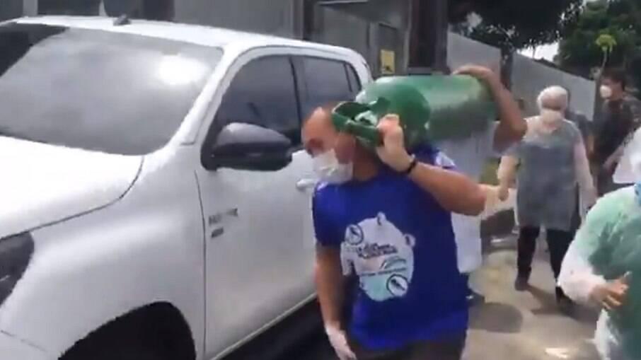 Os próprios moradores de Manaus começaram a fazer o transporte de cilindros de oxigênio em seus carros