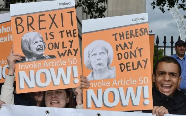 Manifestantes protestam contra atitude de Angela Merkel em pedir para May atrasar a entrada em vigor do Brexit