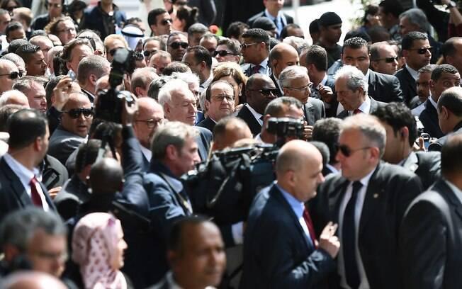 O presidente francês, François Hollande (centro) e presidente do Gabão Ali Bongo Ondimba (direita) 29.03.15