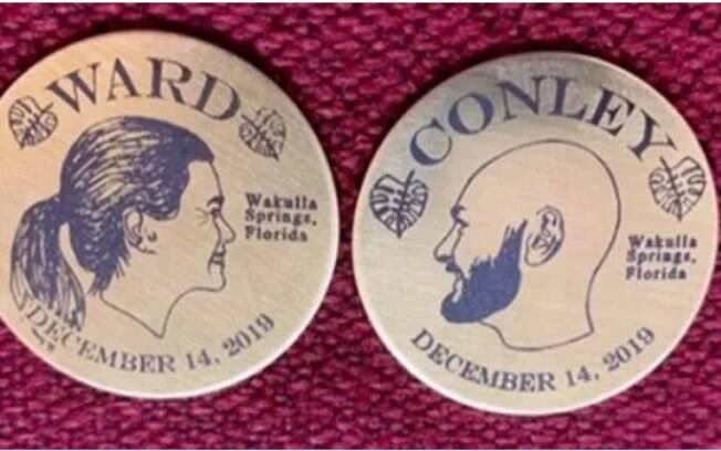 Moedas de bronze gravadas com o sobrenome de Darcy (Ward) e Jeff (Conley)