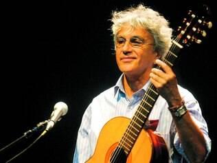"""Carreira. Acompanhado por banda, Caetano releu músicas de sua carreira, abarcando desde 1967 até """"Cê"""", de 2007"""