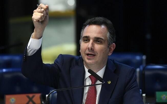 Senador Rodrigo Pacheco (DEM-MG) falando ao microfone com o braço erguido