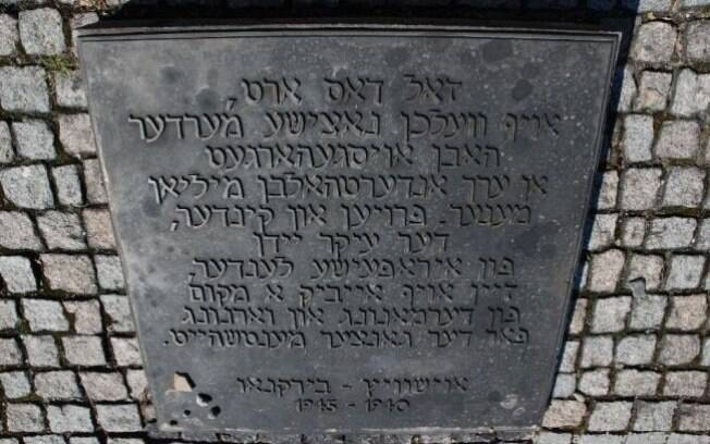 Placa em Birkenau escrita iídiche: falada pelos judeus no Leste, língua ficou praticamente extinta após o extermínio em massa de seus praticantes . Foto: Auschwitz-Birkenau Memorial and Museum