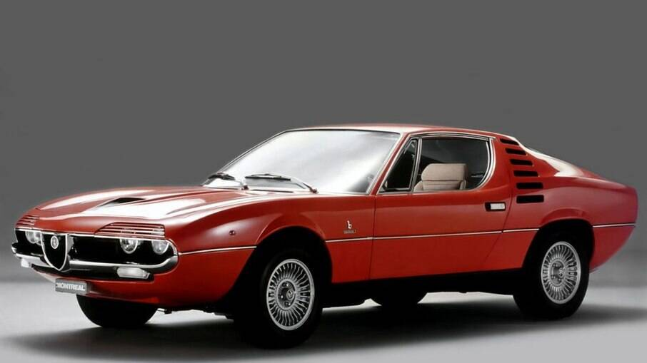 Farol da Alfa Romeo Montreal, coberto parcialmente por uma pequena persiana