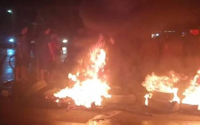 Manifestantes queimaram pneus na BR-210, na Zona Norte de Macapá