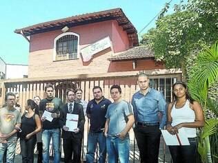 Justiça.  Grupo de lesados, em frente ao bufê no bairro Santa Amélia, se une para cobrar ressarcimento