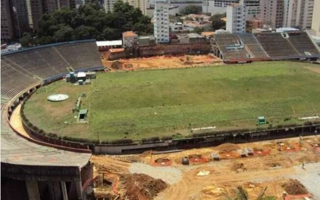 O primeiro passo foi demolir uma parte do  estádio antigo