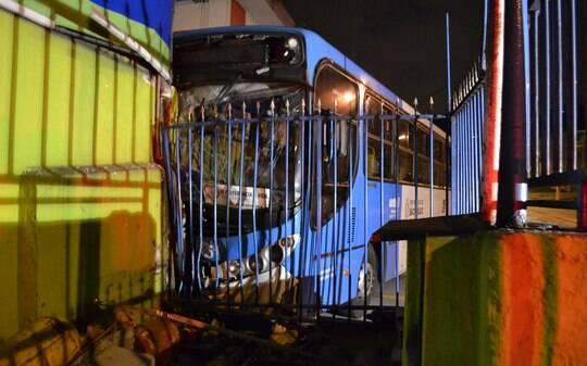 Ônibus bate em muro e fere três na zona sul de São Paulo - São Paulo - iG